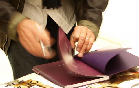 Dieter Blum beim Signieren von Büchern